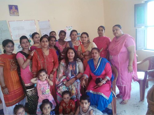 पार्षद मीनू सेठी  ने सिलाई सैंटर में तीज का त्यौहार हर्षोल्लास के साथ मनाया