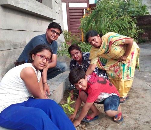 रक्तदानी सुमित गुप्ता ने पत्नि का जन्मदिन पौधारोपण कर मनाया