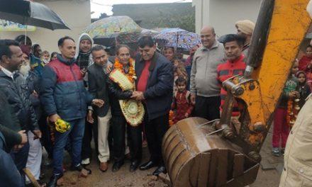 कैबिनेट मंत्री अरोड़ा ने वार्ड नंबर 50 में सीवरेज पाइप डालने के कार्य की शुरुआत करवाई