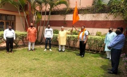 लक्की ठाकुर ने संतों के सम्मान में तीक्ष्ण सूद को भेंट किया भगवा ध्वज: