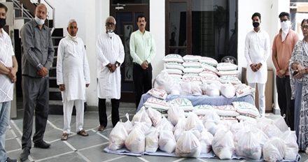 एन.आर.आई. पंडित सीताराम शर्मा ने हरी नगर में जरुरतमंदों को भेंट किया राशन :
