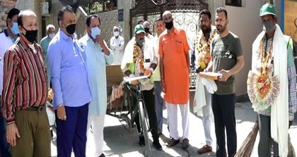 वार्ड 42 में मोहल्ला निवासियों ने सफाई कर्मियों का किया सम्मान, जताई कृतज्ञता :