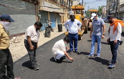 कैबिनेट मंत्री ने लिया सडक़ निर्माण कार्य का जायजा :
