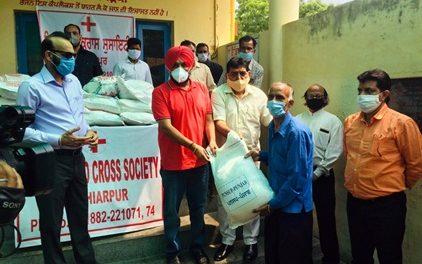 अरोड़ा व चेयरमैन पनसप ने जरुरतमंदों को बांटी 350 राशन किटें :