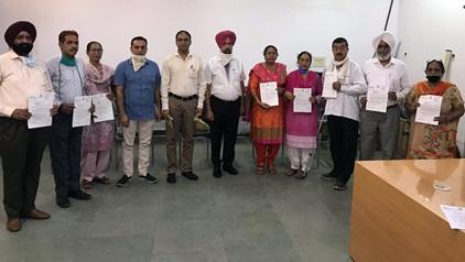 सचिव कृष्ण कुमार ने सेवा मुक्त हुए कर्मचारियों को प्रशंसा पत्र देकर किया सन्मानित